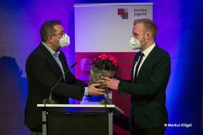 Andreas Hemsing, Landesvorsitzender der komba nrw, gratuliert Florian Klink zu seinem neuen Amt als Landesjugendleiter. © Markus Klügel